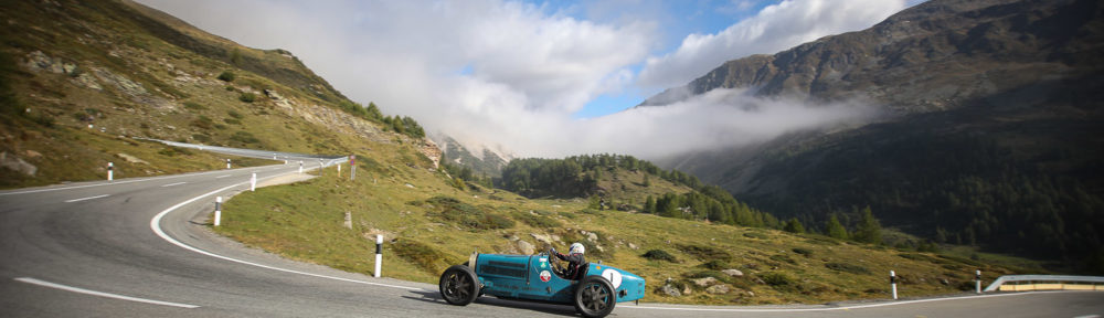 Die Startnummer 1, der Bugatti 35C von 1927 passiert den Posten 17. Gefahren wurde der Wagen von Martin Halusa