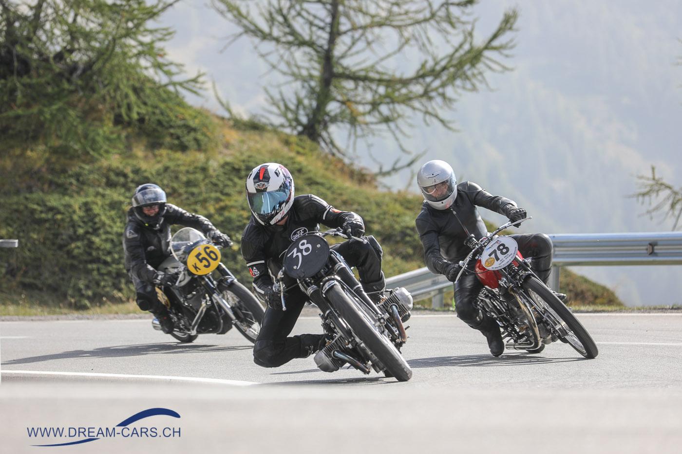 Schräglage gefragt. Die Spitzengruppe der Motorräder beim Posten 17 am Bernina Gran Turismo 2018