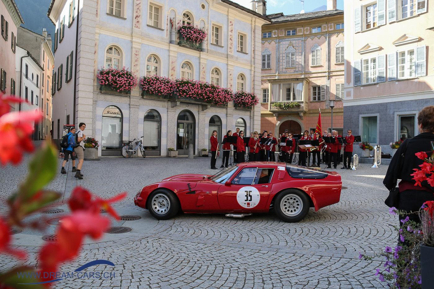 Der letzte Teilnehmer verlässt mit seinem Alfa Romeo TZ 2 den Marktplatz von Poschiavo