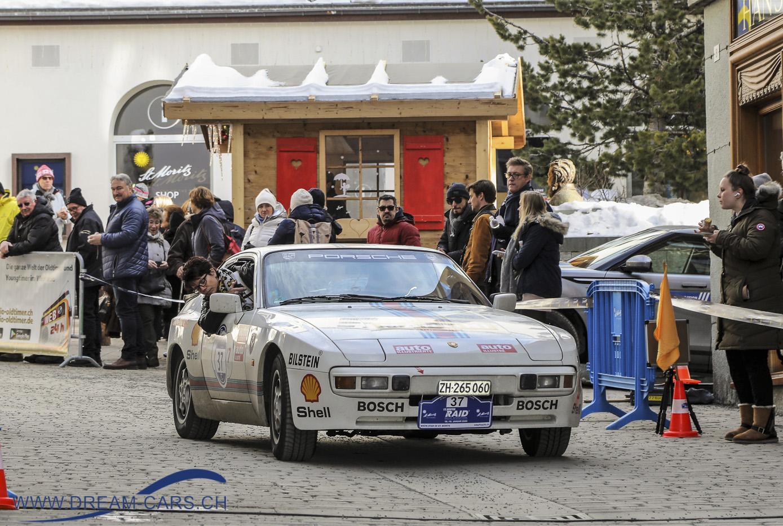 Das Team Markus Mehr / Ursi Ruoss mit ihrem Porsche 944 beim Start zum 17. WinterRAID in St. Moritz