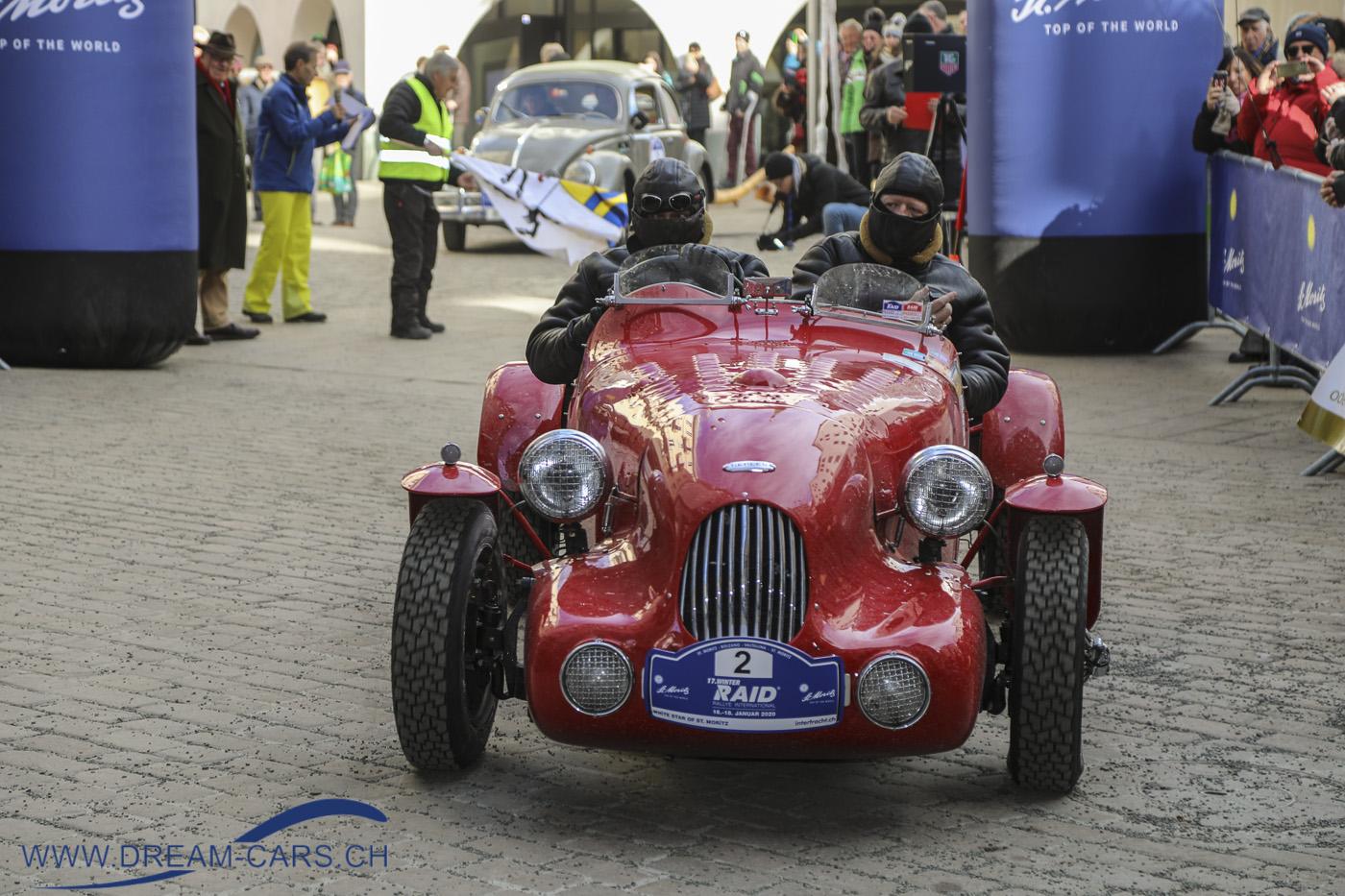 Der rote Healey X1 Prototype Red Bug von 1946 eröffnet den 17. WinterRAID, hier beim Start in St. Moritz am 16. Januar
