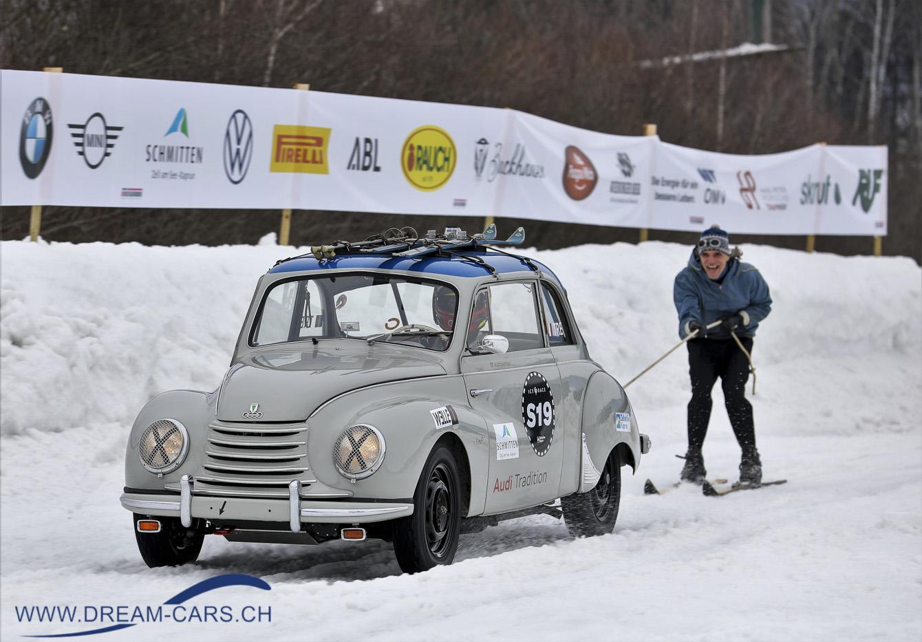 GP Ice Race, Zell am See, 1. und 2. Februar 2020. Hinter dem DKW auf Skiern aus den Sechzigejahren, der ehemalige deutsche Skirennläufer Frank Wörndl. Es mach ihm sichtlich Spass,
