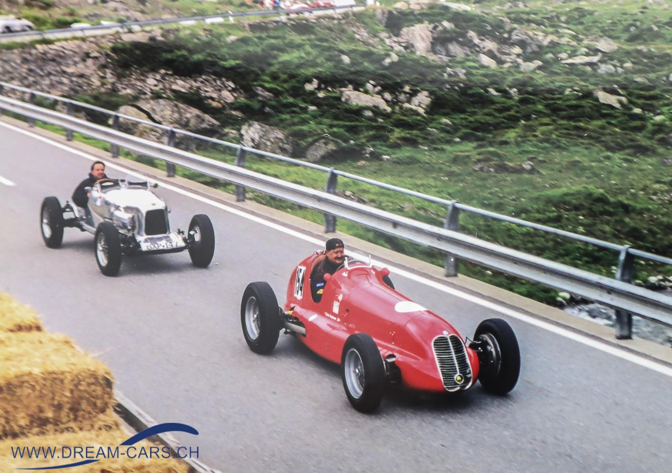 Georg Kaufmann im roten Maserati 4CL, dahinter Hans-Ruedi Portmann im Lagonda Rapier. Hans-Ruedi Portmann verstarb vor einigen Jahren bei einem Rennunfall in seinem Ford Mustang