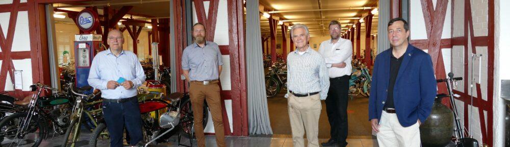 : von links nach rechts: Herr Holger Eilers (Vorstand), Herr Sascha Fillies (Ausstellungsleiter), (Mitte vorn) Herr Karl-Heinz Rehkopf (Stifter des PS.SPEICHER), (rechts hinten) Herr Lother Meyer-Mertel (Geschäftsführer), Herr Andy Schwietzer (PS.SPEICHER Kurator Motorrad)