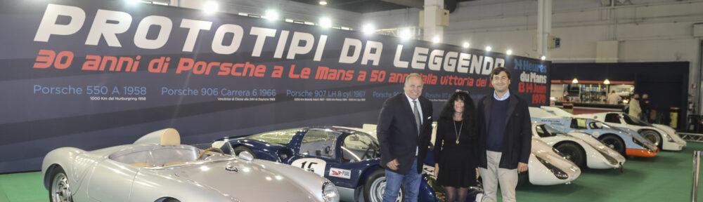 Auto e Moto d'Epoca Padua, 22. bis 25. Oktober 2020. Der wohl eindrücklichste Stand. 6 Porsche Rennwagen des monegassischen Sammlers und Rennsfahrers Claudio Roddaro (rechts), hier mit Massimo Lippi, der die Fahrzeuge an den Rennen betreut, und Ela Lehmann