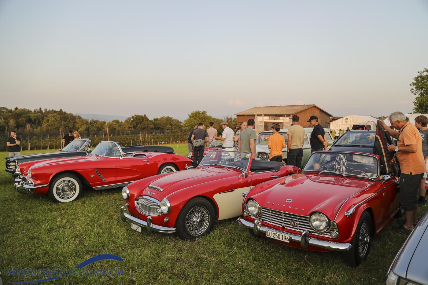 Autokino Muri AG, 22. Juli 2021. In der Abendsonne kommen die vielen Oldtimer besonders gut zur Geltung.