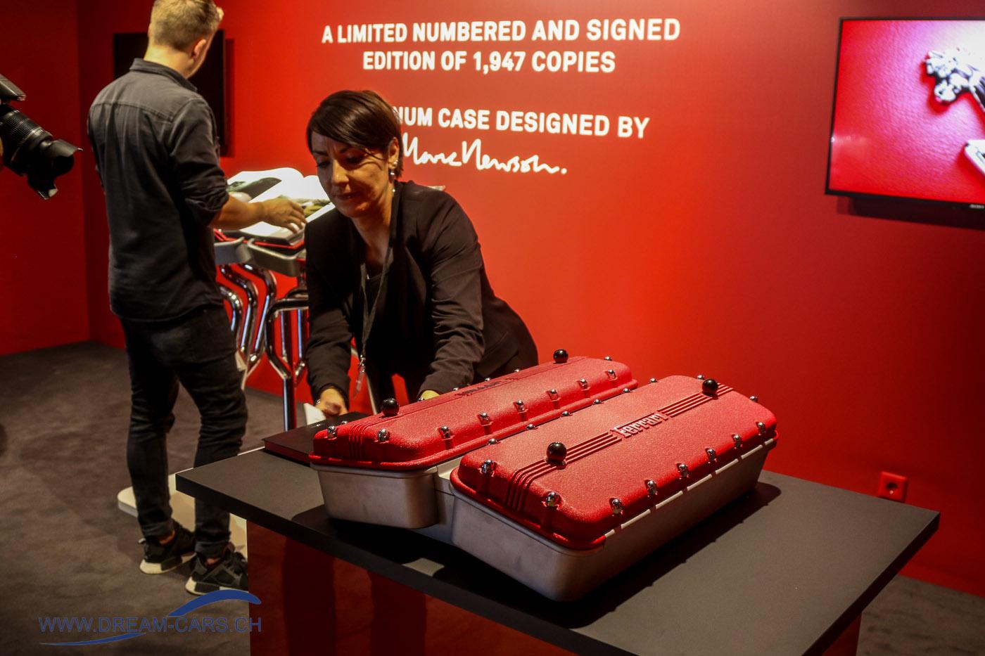 Grand Basel 2018. Eine originelle Art, ein Buch zu verpacken. Die aufklappbare Box beinhaltet ein exklusives und limitiertes Ferrari-Buch. Stückpreis 25'000 Euro
