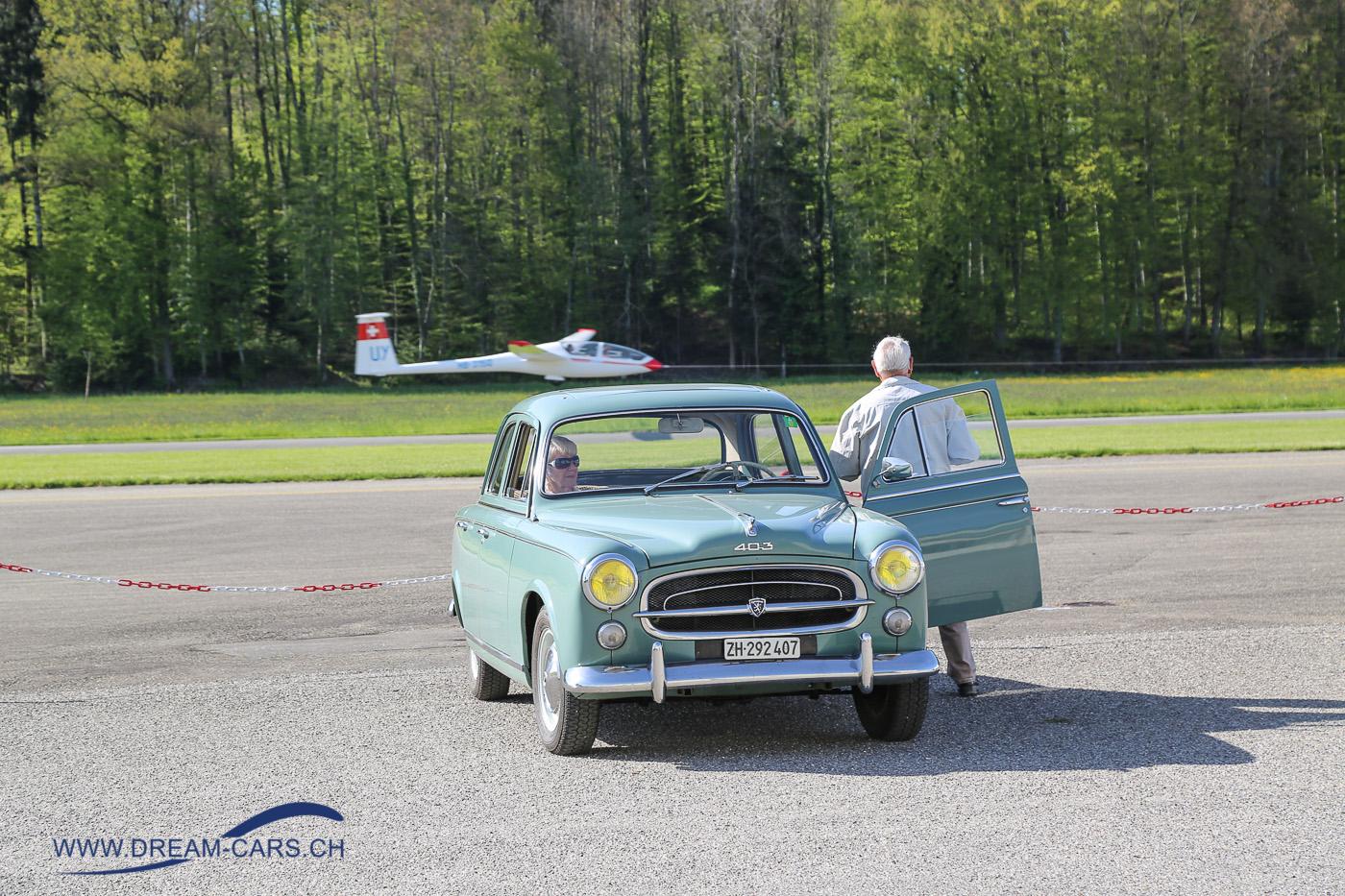 Amicale Peugeot Frühjahrsausfahrt, Museumsbesuch und Oldtimertreffren Bleienbach. Ein Peugeot 403, im HIntergrund ein startendes Segelflugzeug