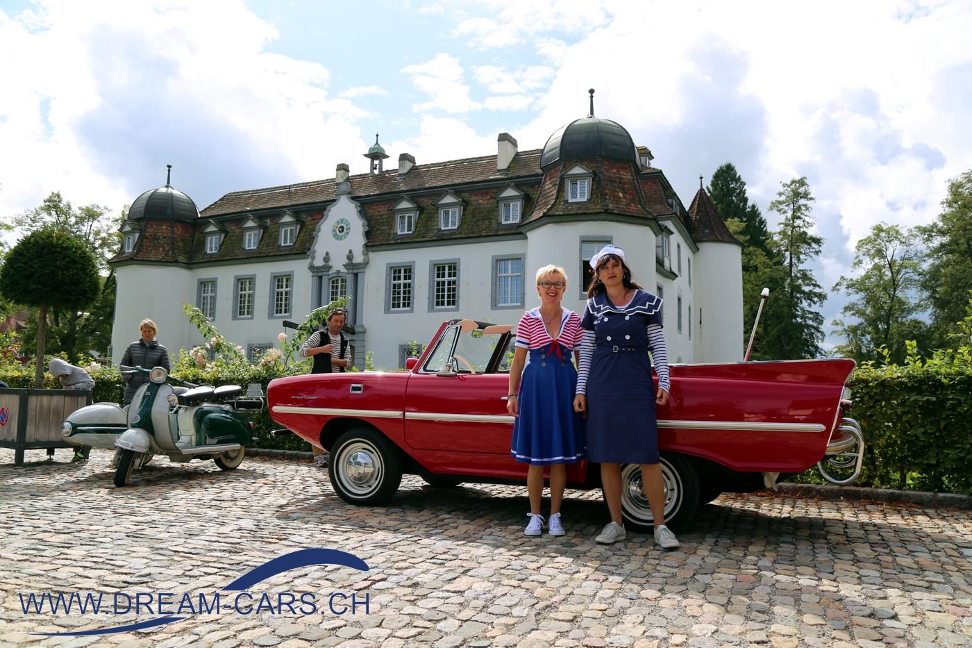 Internationales Oldtimertreffen Bottmingen 2017. Die beiden Ladies mit ihrem Amphicar vor dem Weiherschloss in Bottmingen