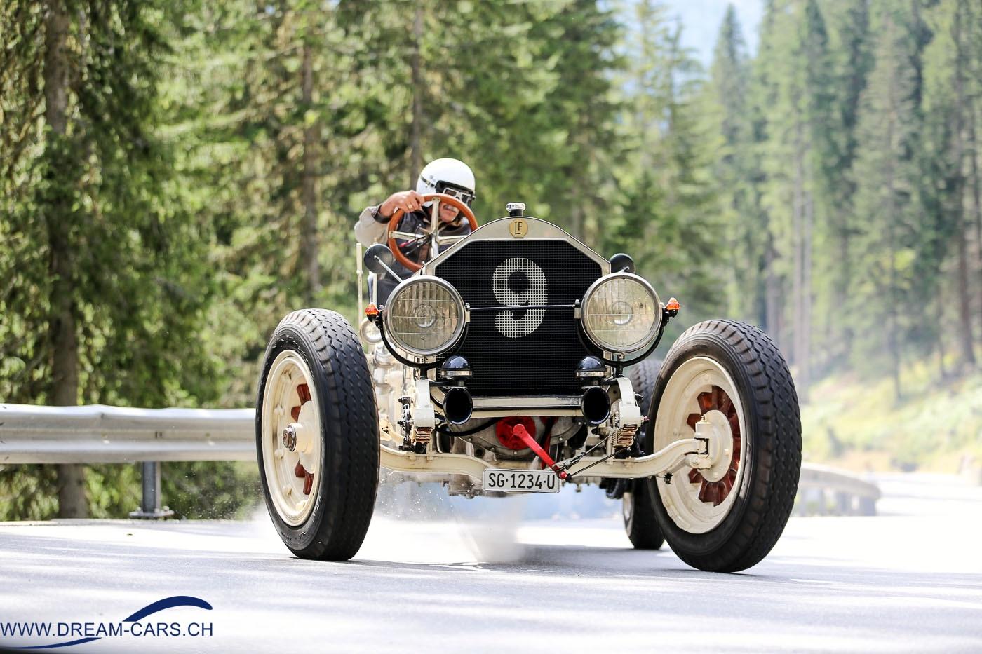 Arosa ClassicCar 2016. Der riesige American La France von Ruedi Schawalder dampft gehörig.