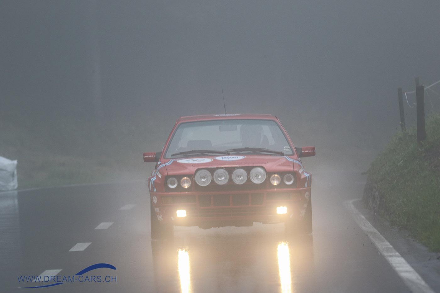 Arosa ClaaaicCar 2018, erster Renntag, Samstag 1. September. Thomy Meier mit seinem Lancia Delta Integrale kämpft sich durch den Nebel