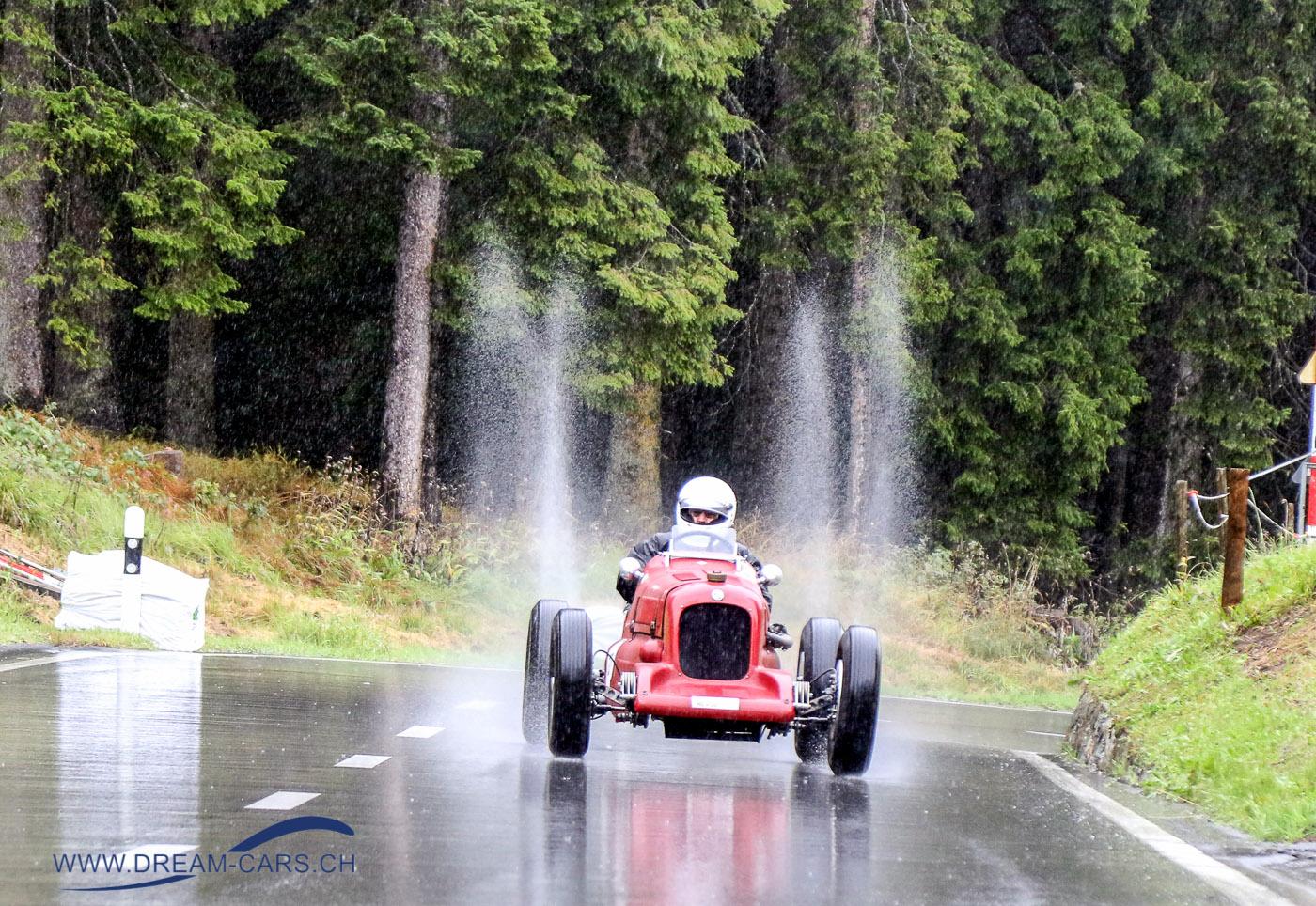 Arosa ClaaaicCar 2018, Ein leider typisches Bild dieses Jahr, Regen, Regen, Regen. Dafür gibt es spektakuläre Bilder. Hier Urs Schweinfurth mit seinem MG K1