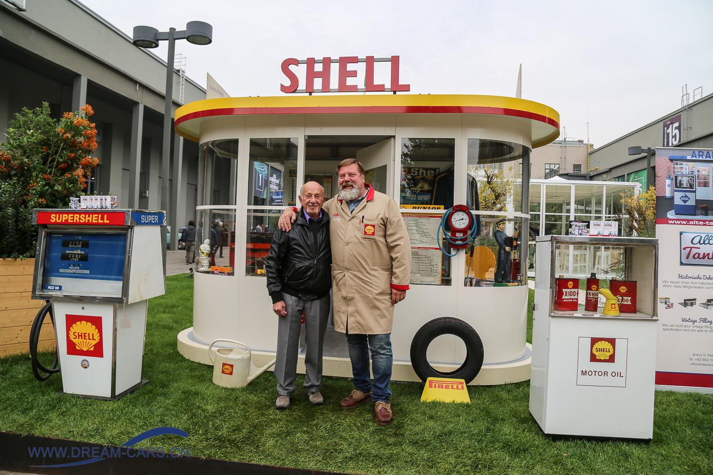 Auto Moto d'Epoca Padua 2017. Ermanno Cuoghi (links) und Arthur Piskernik vor der alten Shell-Tanke auf dem Freigelände