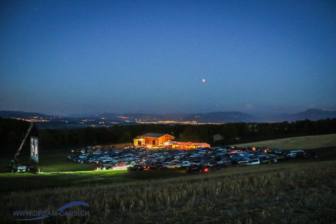 Autokino Muri (AG), 27. Juli 2018. Das beleuchtete Areal mit Blutmond und Mars