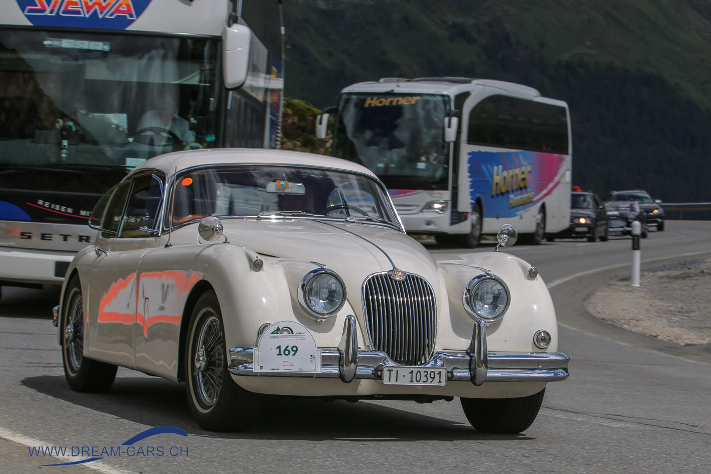 BCCM - British Classic Car Meeting St. Moritz, 5. bis 8. Juli 2018. Ein Jaguar XK 150 zieht eine lange Kolonne hinter sicher her