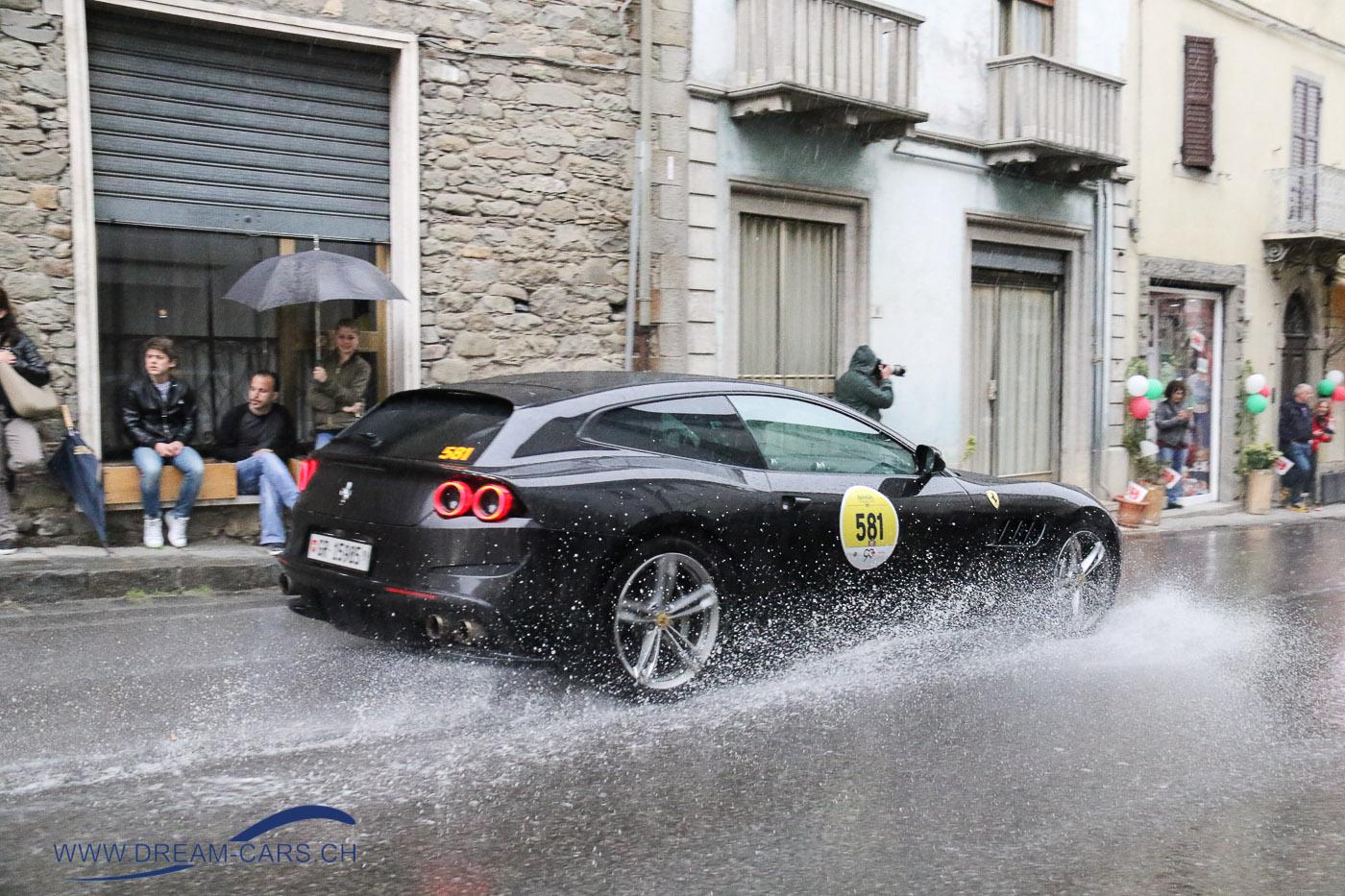 Ferrari Tribute 2017anlässlich der Mille Miglia. Ein heftiges Gewitter über Pievepelago vertrieb die vielen Zuschauer vom Strassenrand