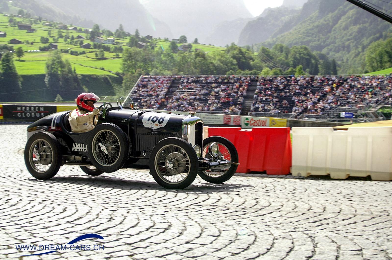 Gody Naef zum 99. Geburtstag. Hier mit dem Amilcar am Klausenrennen kruz nach dem Start in Linthal auf dem einzigen Stück Originalstrasse des Klausens mit Kopfsteinpflaster