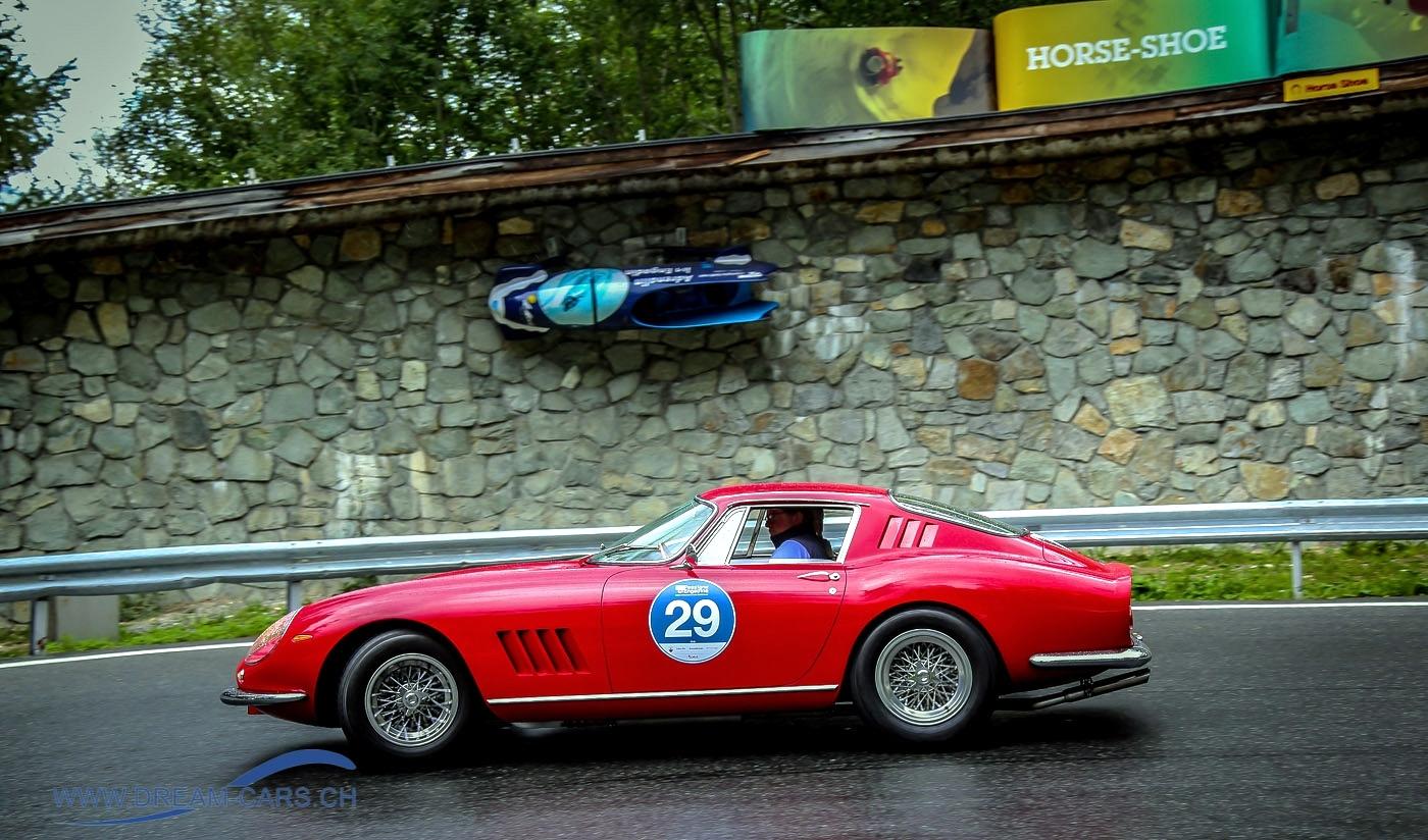 Ein Ferrari 275 GTB vor der weltberühmten Horse-Shoe Kurve des Olympia Bob Run zwischen St. Moritz und Celerina