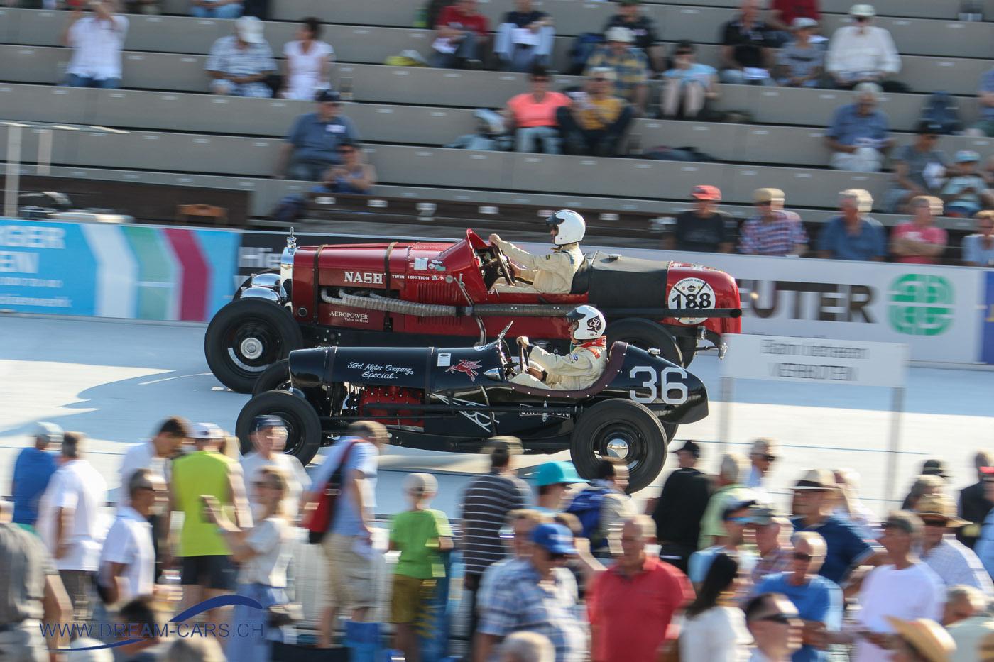 Indianapolis in Oerlikon, 24. Juli 2018. Vorne Beda Hämmerli im schwarzen Ford Indy von 1936, hinten Rolf Kuster mit dem Nash 480 Aeropower aus dem Jahre 1930. Man beachte den Grössenunterschied.