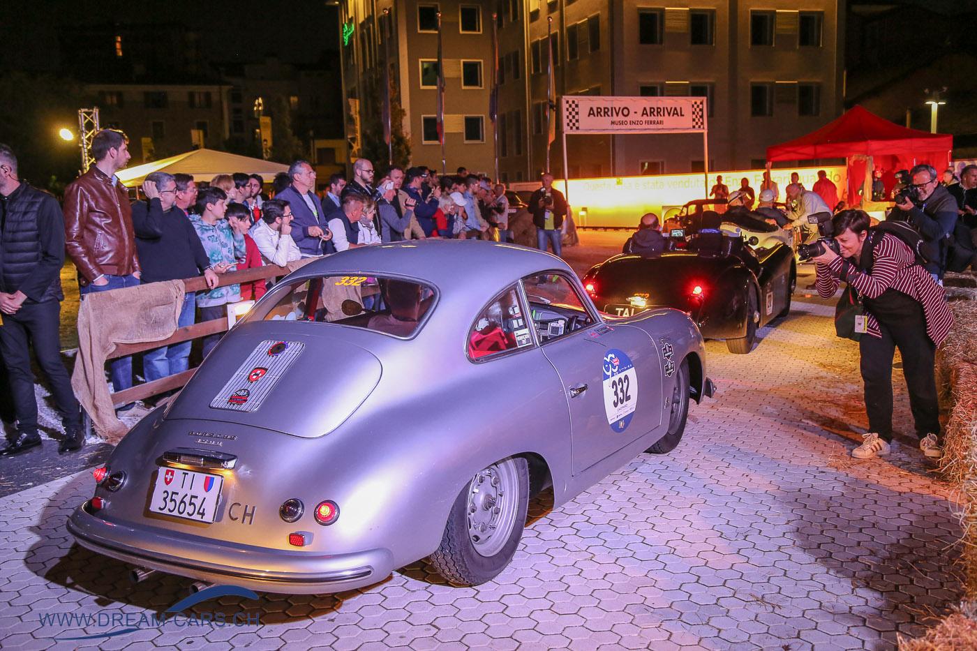 Mille Miglia 2017, 3. Tag Samstag, Etappe Rom - Parma. Ein Porsche 356 bei der Duchfahrt im Museo Enzo Ferrari in