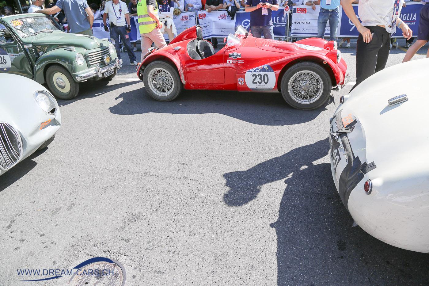 Mille Miglia 2017, 4. Tag, Etappe Parma - Brescia. Zwei Jaguar C-Type. Spuren einer leichten Kollision