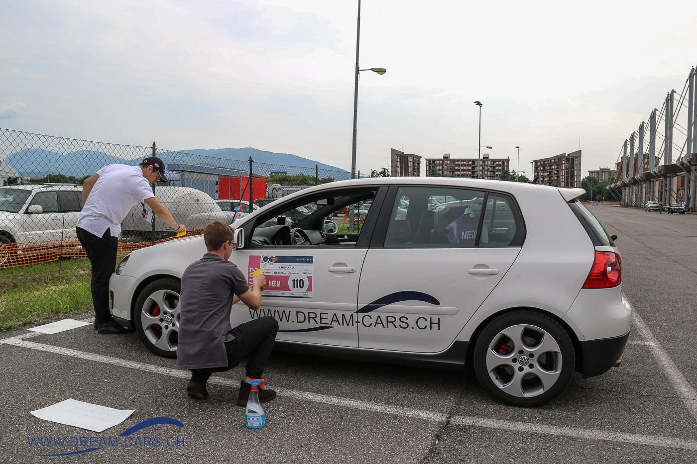 Mille Miglia 2017. Anbringen der Kleber auf dem Messegelände von Brescia. 'Startnummer' 110 für den Dream-Cars Golf