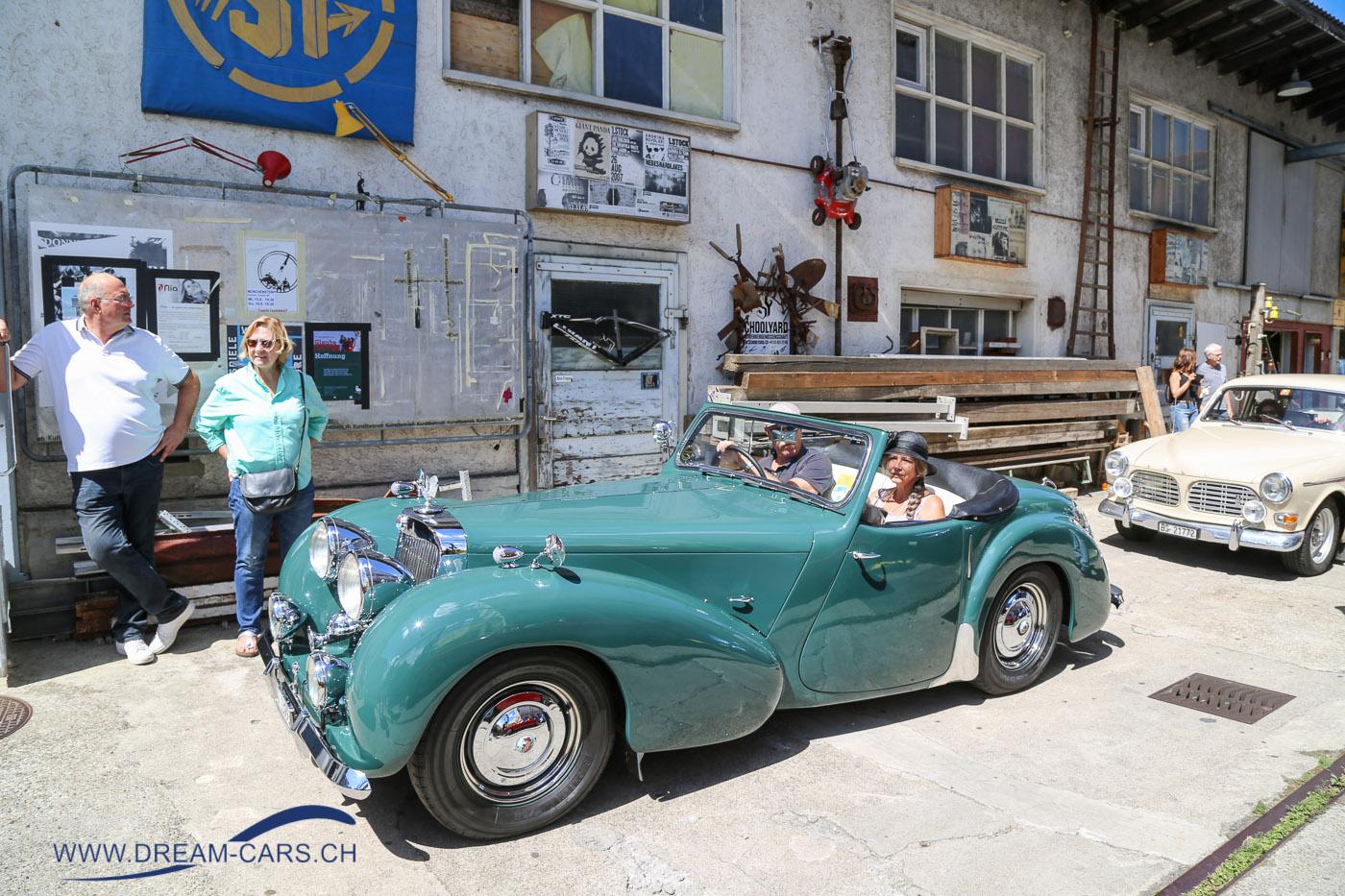 Oldtimer im Walzwerk, Münchenstein, 11. August 2018. Ein Triumph 1800 Roadster vor einem Volvo Amazon vor interessanter Fassade