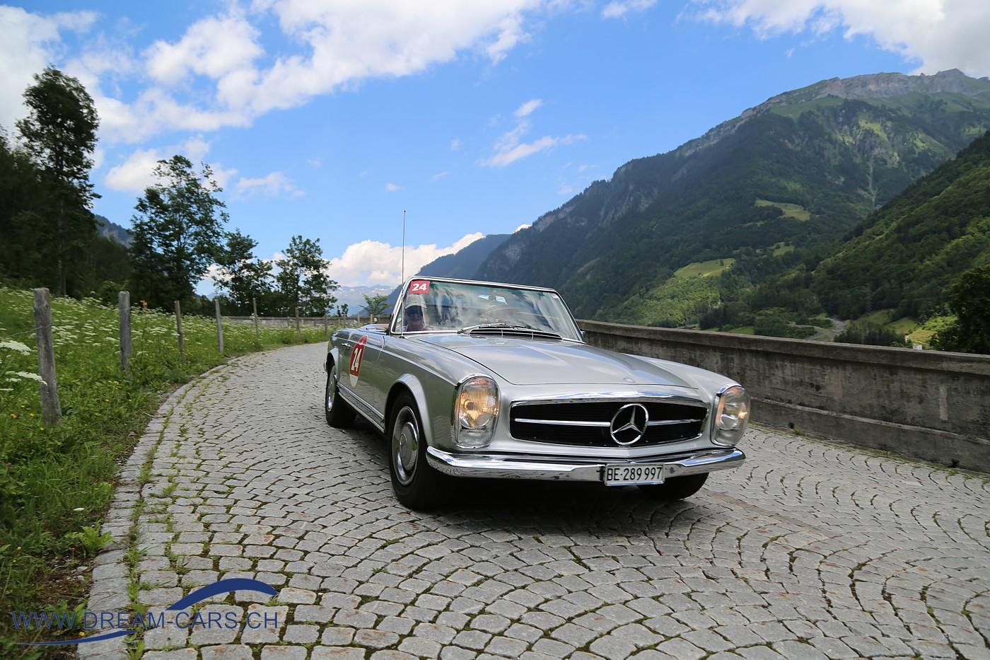 Passione Caracciola, 22. Juni 2018. Ein Mercedes Pagode auf dem Original-Kopfsteinpflaster auf der Klausen-Passstrasse oberhalb von Linthal