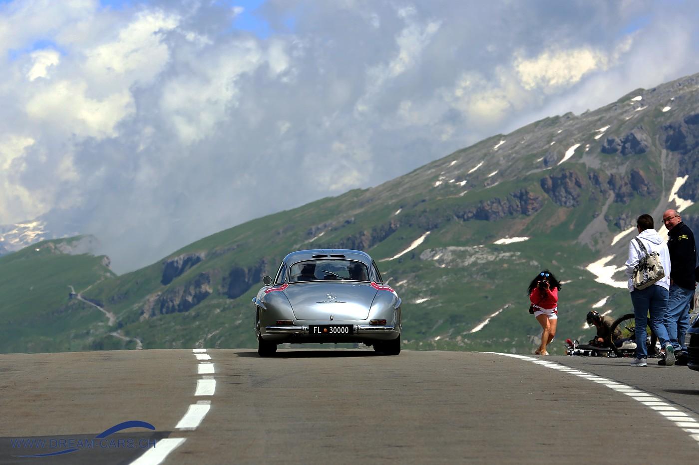 Passione Caracciola, 22. Juni 2018. Einer der Mercedes 300 SL auf der 1'952 Meter hohen Passhöhe des Klausenpasses.