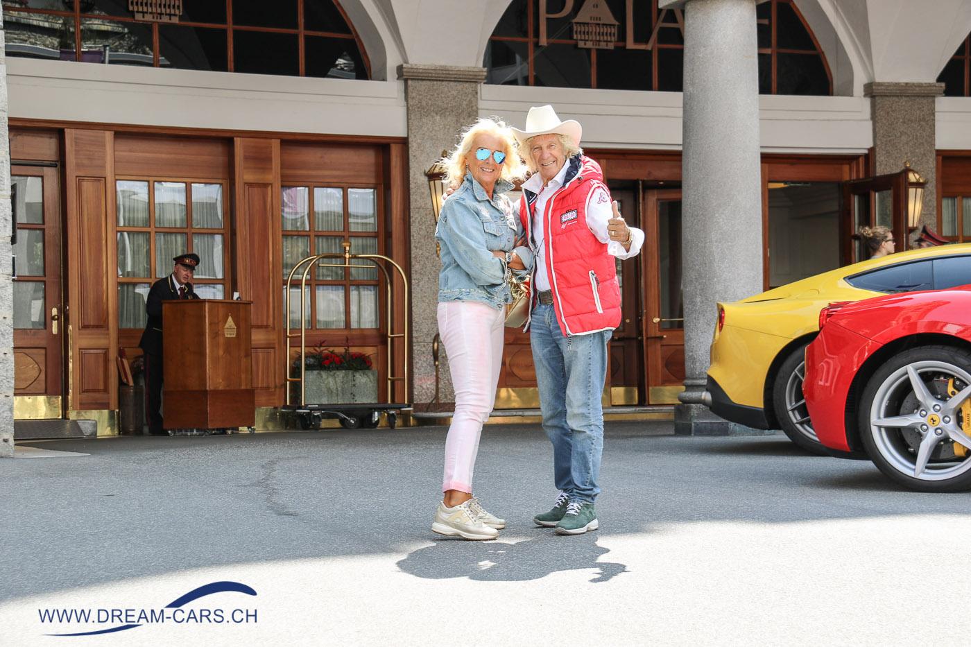 Passione Engadina 2017 - 70 Jahre Ferrari. Arturo Merzario mit seiner Frau vor dem Badrutt's Palace in St. Moritz
