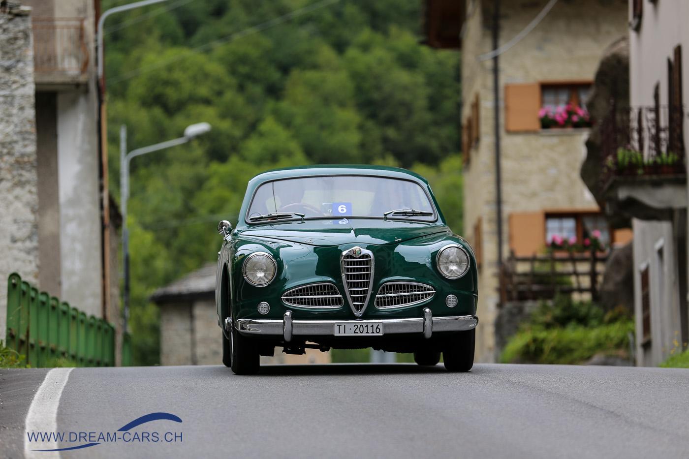 7. Passione Engadina, 24. - 26. August 2018. Ein Alfa Romeo 1900 C Touring von 1952 bei der Durchfahrt in Cimaganda (IT)