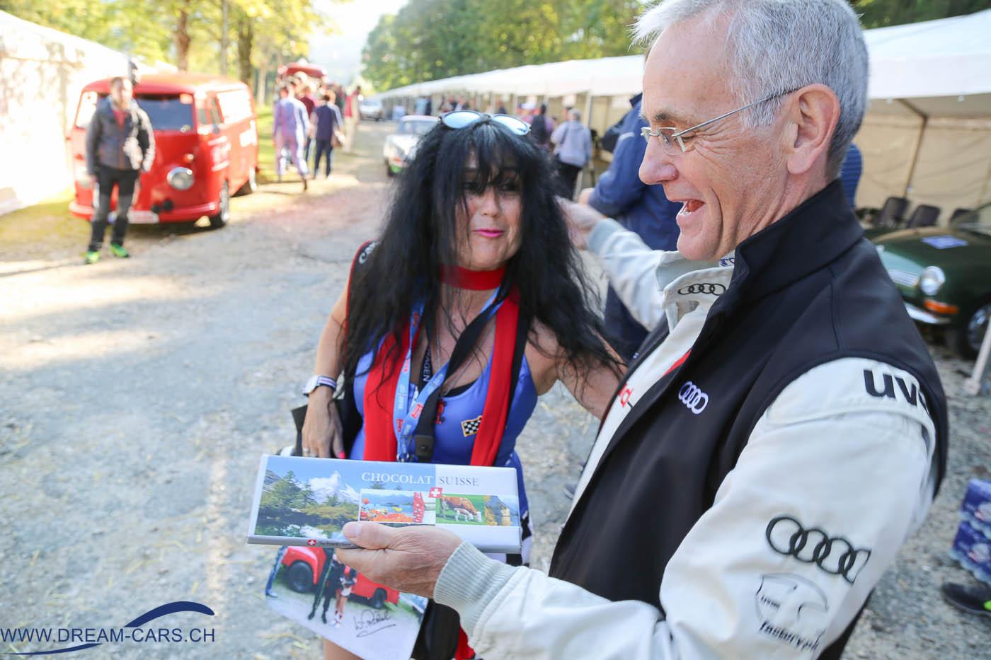 Rossfeldrennen 2016 Berchtesgaden. Harald Demuth freut sich über die von Ela Lehmann überreichte Schokolade