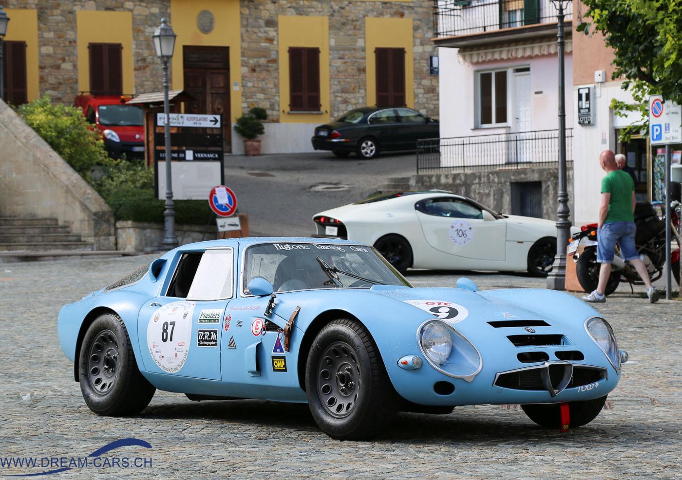 Vernasca Silver Flag 2016, Dorfplatz Vernasca. Alfa Romeo TZ 2 von 1965 auf dem Dorfplatz in Vernasca