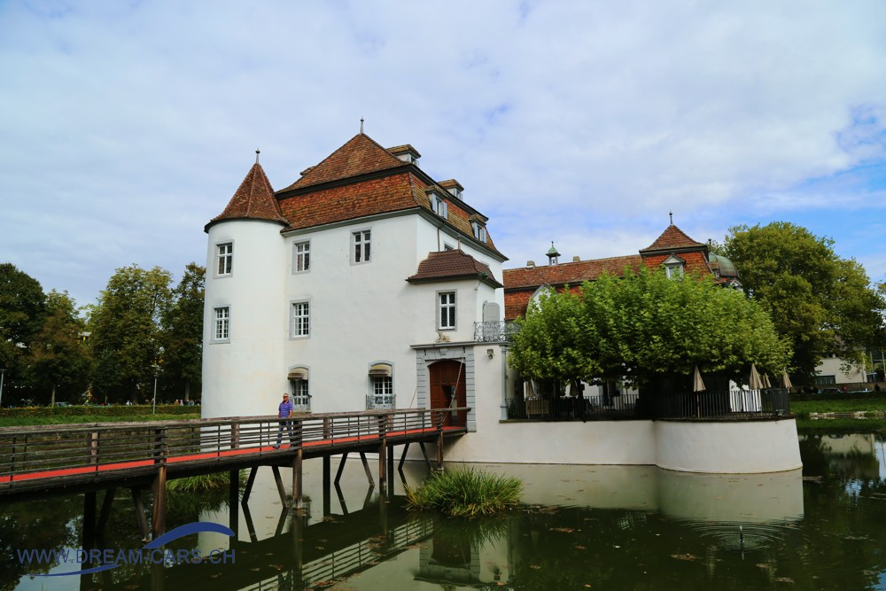 Das Weiherschloss in Bottmingen, Schauplatz des Internationalen Oldtimertreffens Bottmingen